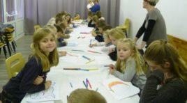 dix neufs enfants ont dessiné sur le thème d'Halloween